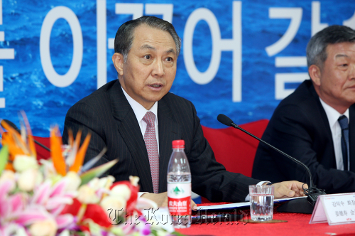 STX Group chairman Kang Duk-soo speaks at the press conference in China on Friday. (STX)