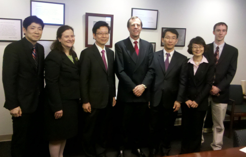 Chung Sang-ki (third from right), director of the National Institute of International Education, and Peter Tompson (center), vice president of the Institute of International Education, pose with other participants after signing an accord on a volunteer English teaching program in New York on Friday. (Yonhap News)