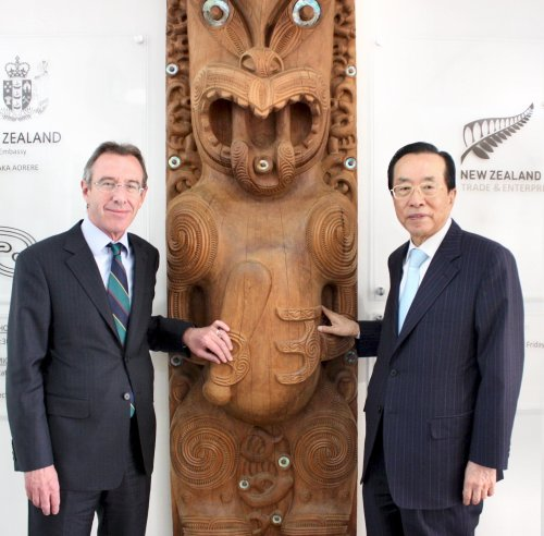 New Zealand Ambassador Richard Mann (left) and New Zealand Honorary Consul Kim Jae-chul, who is chairman of Dongwon Group. (New Zealand Embassy)