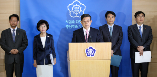 Prime Minister Kim Hwang-sik (center) announces the government's plan to fully cover preschool expenses for 5-year-olds by 2016, in Seoul, Monday. (Yonhap News)