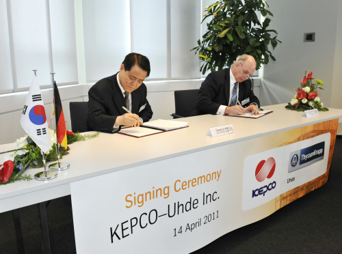 KEPCO CEO Kim Ssang-su (left) and Uhde CEO Michael Thiemann sign a contract in Dortmund, Germany, on April 14.