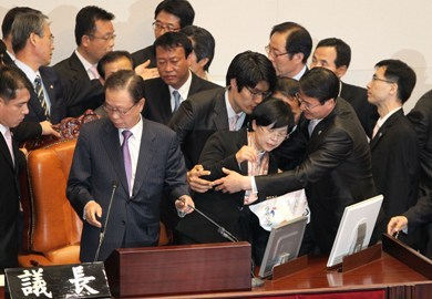 Opposition lawmakers and security guards scuffle near the seat of Speaker Park Hee-tae, before he opened the plenary session for the vote on the Korea-EU free trade agreement in the National Assembly on Wednesday. (Yonhap News)
