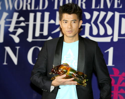 "Aaron Kwok receives a gift at the press conference of the Beijing stop for the ""Aaron Kwok de Show Reel Live in Concert"" world tour in Beijing, China, April 26. (Xinhua-Yonhap News)"