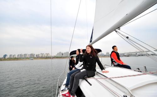 A group enjoys yachting on Han River. (Kim Myung-sub/The Korea Herald)