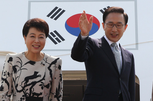 President Lee Myung-bak and first lady Kim Yun-ok wave before boarding an airplane at Seoul Airport on Sunday to go on a week-long tour of Germany, Denmark and France. (Yonhap News)