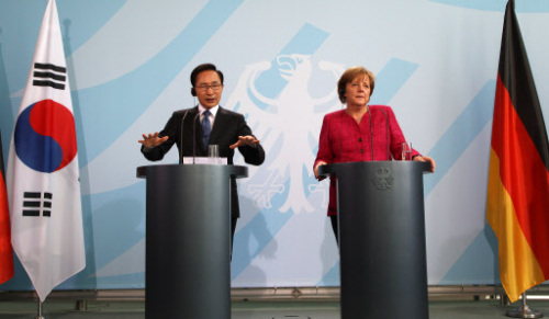 President Lee Myung-bak speaks during a news conference after a summit with German Chancellor Angela Merkel in Berlin on Monday. (Yonhap News)