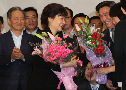Rep. Park Geun-hye, former chairwoman of the ruling Grand National Party, is greeted by her supporters upon her arrival at Incheon airport from a European trip Sunday. (Yonhap News)
