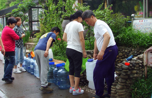 Citizens of Gumi, North Gyeongsang Province, line up to receive ground water Monday. (Yonhap News)