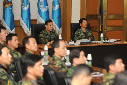 Air Force Chief of Staff Gen. Park Jong-heon (second from right) presides over a meeting of Air Force commanders to explain military reform efforts at the Gyeryongdae military headquarters in South Chungcheong Province on Monday. (Yonhap News)