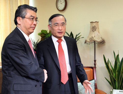 Seoul's chief nuclear envoy Wi Sung-lac (right) shakes hands with his Japanese counterpart Shinsuke Sugiyama before their talks at his office in central Seoul. (Yonhap News)