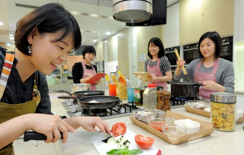 Participants at CIY cooking class prepare rose pasta with crab at CIY Cooking Studio in eastern Seoul. (Ahn Hoon/The Korea Herald)