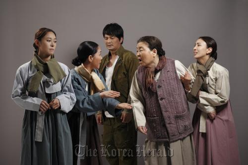 """Jang Young-nam (from left), as """"Sawol,"""" Kwon Bok-sun as """"Ms. Choi,"""" Cho Min-gi as """"Gyubok,"""" Kang Bu-ja as """"Ms.Yang"""" and Seo Eun-gyeong as """"Jeomrye."""" (Seensee Company)"""