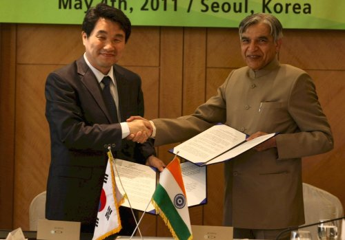 Education, Science and Technology Minister Lee Ju-ho (left) with India Science and Technology Minister Pawan Kumar Bansal during the 1st India-Korea Science and Technology Ministerial Steering Committee. (India Embassy)