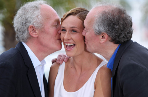 "Belgian director Jean-Pierre Dardenne (left) and Luc Dardenne (right) kiss actress Cecile de France during the photocall of ""The Kid with a Bike"" at the Cannes Film Festival in France, on May 15. (Xinhua-Yonhap News)"