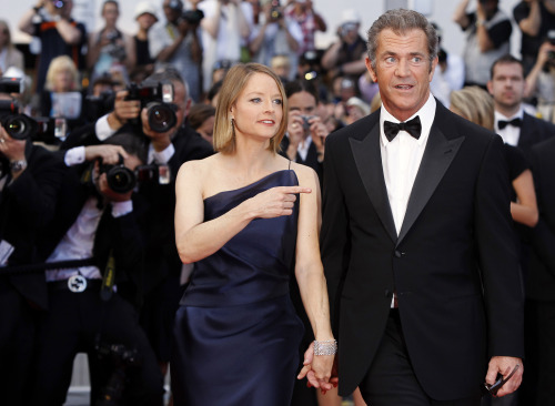 """Jodie Foster (left) and Mel Gibson pose on the red carpet for the screening of """"The Beaver"""" at the 64th international film festival in Cannes, France, Tuesday. (AP-Yonhap News)"""