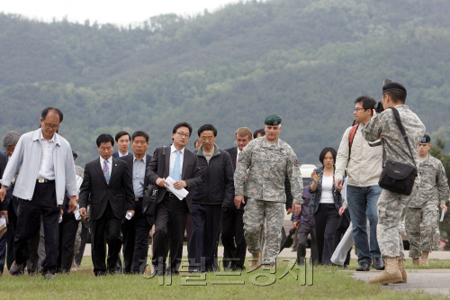 David Fox (right), brigadier general of Installation Management Command Korea, and Grand National Party lawmaker Lee In-ki (second from right) visit the site as part of a Korea-U.S. joint investigation into the alleged burial of Agent Orange at Camp Caroll in Waegwan, North Gyeongsang Province, Monday. (Joint Press Corps)