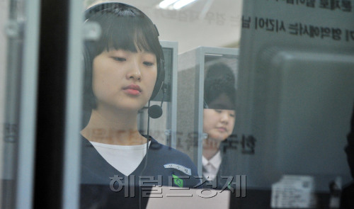 Students sit a trial version of the National English Aptitude Test, currently under development, at a school in southern Seoul on Friday. (Kim Myung-sub/The Korea Herald)