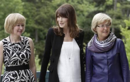 French President Nicolas Sarkozy's wife, Carla Bruni-Sarkozy (C) poses with Laureen Harper (L), wife of Canadian Prime Minister Stephen Harper and Geertrui Van Rompuy-Windels, wife of European Council President Herman Van Rompuy prior to a working lunch at the Villa Strassburger on the sidelines of the G8 summit in Deauville, western France, on May 26, 2011 (AFP)