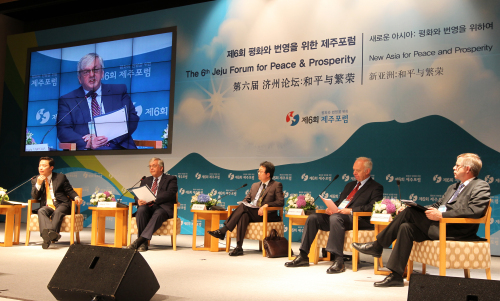 Diplomats and experts discuss Korean reunification during a session of the 6th Jeju Forum for Peace and Prosperity on Jeju on Sunday. (Yonhap News)
