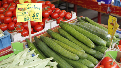 Cucumbers from Spain, tomatoes and other vegetables are on display on a market in Hamburg northern Germany in this picture taken May 26, 2011. (AP-Yonhap News)