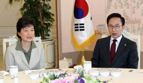 President Lee Myung-bak talks with Park Geun-hye, former chairwoman of the ruling Grand National Party, over lunch at the presidential office Cheong Wa Dae on Friday. (Yonhap News)