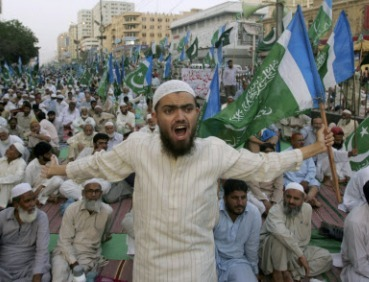 A supporter of the Pakistani religious party Jamaat-e-Islami reacts during a rally against drone attacks, in Karachi, Pakistan, Saturday. (AP-Yonhap News)