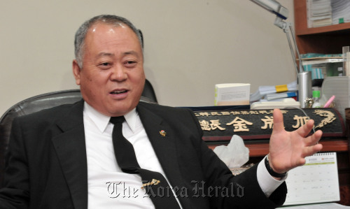 Kim Sung-wook, secretary general of the Korean Disabled Veterans' Association for Agent Orange, explains his participation in the Vietnam War on Monday. (Chung Hee-cho/ The Korea Herald)