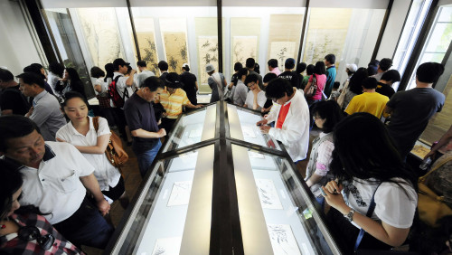 People view paintings and books on display at Kan Song Museum in Seongbuk-dong, Seoul, on May 29. (Chung Hee-cho/The Korea Herald)