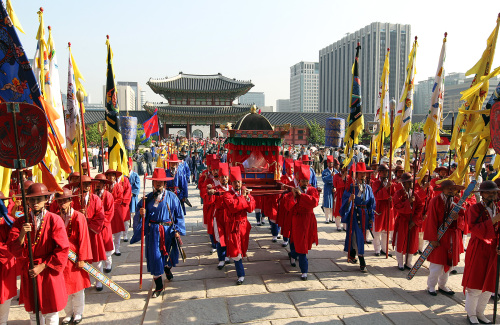 A traditional ceremony honoring the return of some 300 volumes of Uigwe books, Korea's ancient royal documents looted by French troops 145 years ago, takes place at Gyeongbok Palace in central Seoul, Saturday. Some copies of the returned books were carried along Sejong Street to the palace in a traditional Korean palanquin. (Yonhap News)