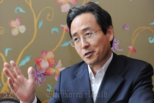 Shin Bong-kil, the first secretary-general of the Korea, China, Japan Trilateral Cooperation Secretariat, speaks during an interview. (Kim Myung-sub/The Korea Herald)