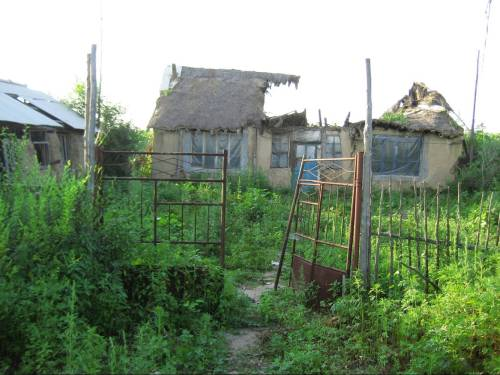 The collapsing cottage that was home to an 11-year-old boy in China after his mother was deported to North Korea. (HHK)