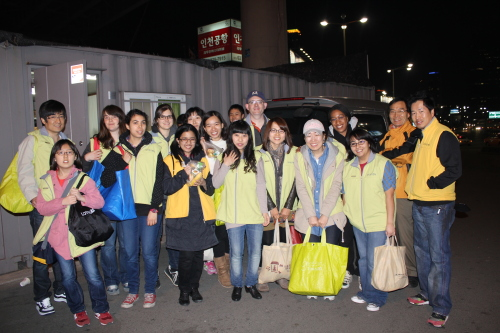 PLUR volunteers gather to hand out food to homeless people around Seoul Station on Sunday. (Matthew McCoy)