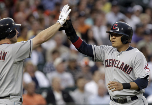 Cleveland Indians right fielder Choo Shin-soo (right) is congratulated at home plate by teammate Lou Marson after scoring in the fourth inning. The Korean went 2 for 4 with three runs scored. (AP-Yonhap News)