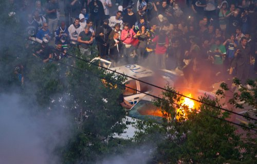Rioters burn police cars after the Vancouver Canucks were defeated by the Boston Bruins in the NHL's Stanley Cup Final in Vancouver. (AP-Yonhap News)