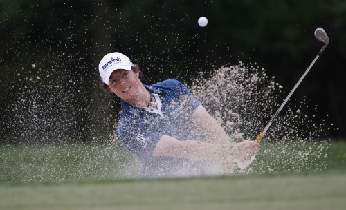 Rory McIlroy of Northern Ireland, chips out of a bunker to the 14th green during the first round of the U.S. Open Championship in Bethesda, Maryland on Thursday. (AP-Yonhap News)