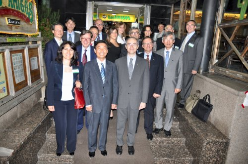 Italian Ambassador Sergio Mercuri (first row, right) and Hanyang University president Lim Duck-ho (first row, center) with a delegation of Italian scientists and university professors after the Korea-Italy chemistry and energy workshop. (Yoav Cerralbo/The Korea Herald)