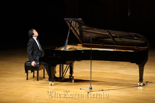 Pianist Paik Kun-woo performs at Seoul Arts Center's Concert Hall on Sunday. (Credia)