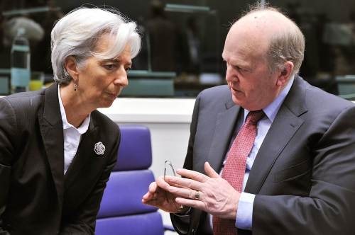 French Finance Minister Christine Lagarde (left) and Irish Finance minister Michael Noonan talk prior to a Eurogroup meeting at the European Union Headquarters in Luxembourg on Monday. (AFP-Yonhap News)
