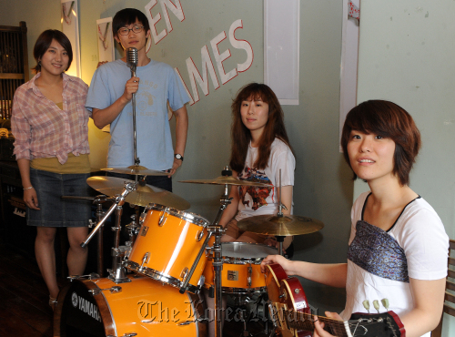 Indie band Broccoli, You Too members during an interview at a cafe in Seoul on Monday: (From left) Jandi on keyboards, Dukwon on vocal and bass, Ryuji on drums and Hyanggi on guitar. (Lee Sang-sub/The Korea Herald)