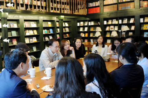 President Lee Myung-bak meets college students in a coffee shop near Sogang University in northwestern Seoul on Thursday. (Yonhap News)