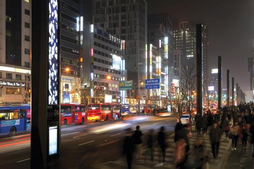 """Media poles"" at the Gangnam Boulevard in Gangnam-gu offer information and entertainment as well as functioning as street lights.(Gangnam-gu Office)"