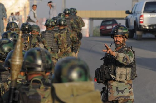 Afghan soldiers walk toward the Inter-Continental Hotel during a military operation against Taliban militants that stormed the hotel in Kabul on Wednesday. (AFP-Yonhap News)