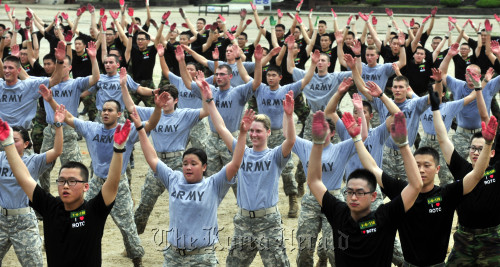 South Korean and U.S. Reserve Officers' Training Corps cadets engage in a joint physical training session at the Army Cadet Command in Seongnam, Gyeonggi Province, Thursday. (Kim Myung-sub/The Korea Herald)