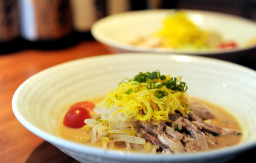 Ruo whips up delicious cold ramen in two flavors, sesame (front) and soy sauce. The cold sesame Chinese noodles get their sweet depth from exclusively-imported sesame paste. (Ahn Hoon/The Korea Herald)