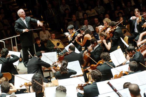 Conductor Daniel Barenboim and the West-Eastern Divan Orchestra. (Credia)
