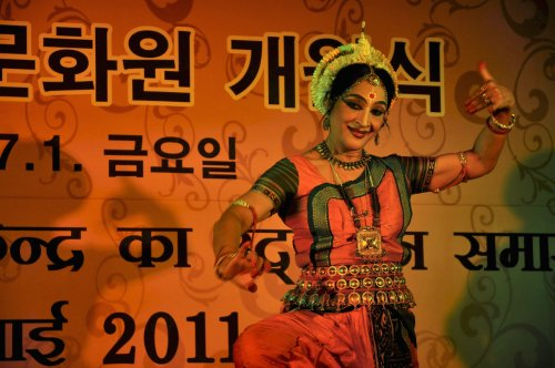 Renowned Indian dancer Ranjana Gauhar entertains the crowd during the official opening of the Indian Culture Center in Hannamdong on July 1. (Yoav Cerralbo/The Korea Herald)