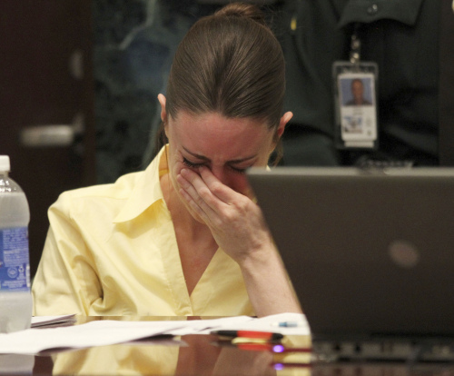 Casey Anthony reacts as the state presents its closing arguments in her murder trial in Orlando, Fla., Sunday, July 3, 2011. Anthony has plead not guilty to first-degree murder in the death of her daughter, Caylee, and could face the death penalty if convicted of that charge. (AP-Yonhap News)