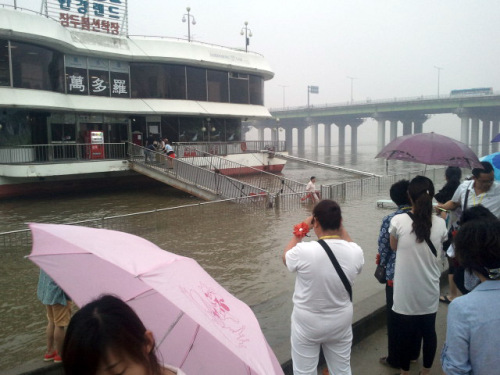 Chinese tourists were stranded inside the restaurant near Han River which overflowed due to the seasonal heavy rain in South Korea. (Yonhap News)