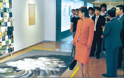 """Mexico Ambassador Martha Ortiz de Rosas enjoys the """"Signs of History and Inner Lives,"""" an art exhibition which showcases the works of three Mexican artists, at Inje University, Gimhae City.(Mexico Embassy)"""