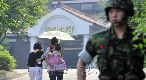 A family of one of the four soldiers killed in Monday's shooting rampage enters a military hospital, where their bodies are laid, in Seongnam, Gyeonggi Province, Tuesday.(Kim Myung-sub/The Korea Herald)